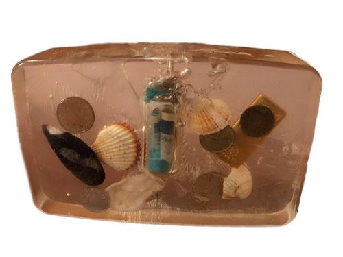 Geld und Muscheln in Hartplastik eingegossen