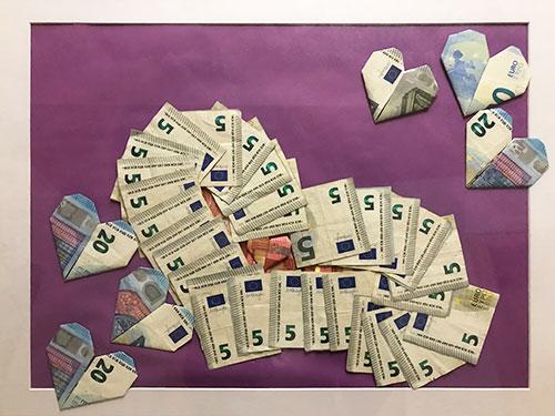 Bild mit Herzen aus Geld gefaltet